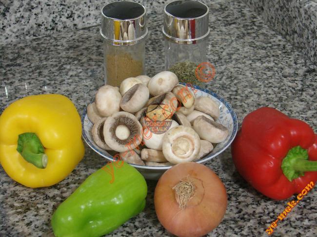 Biberli Mantar Sote İçin Gerekli Malzemeler :  <ul> <li>1/2 paket mantar</li> <li>1 adet küçük boy soğan</li> <li>1/2 adet dolmalık kırmızı biber</li> <li>1/2 adet sarı dolmalık biber</li> <li>1/2 adet dolmalık yeşil biber</li> <li>3 yemek kaşığı zeytinyağı</li> <li>Kekik</li> <li>Kimyon</li> <li>Tuz</li> </ul>